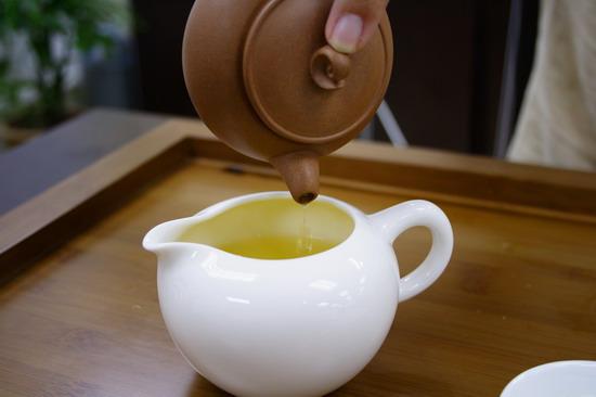 rót trà ra chén tống