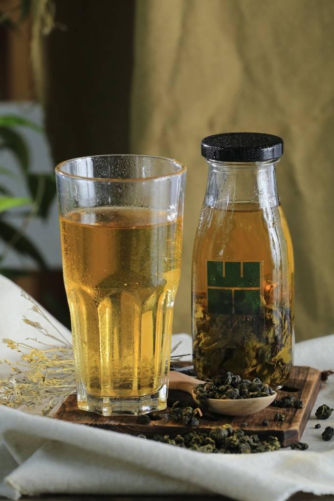 thưởng thức trà lạnh cold brew